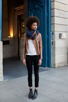 Bota curta, calça preta, camiseta branca, jaqueta, lenço no pescoço