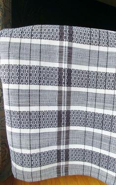 Catalogne tissée a la main sur métier traditionnel aux couleurs modernes. Elle fait 91 pouces de large par 107 pouces de longueur! Cette catalogne vous sera durable dans le temps pour des generations