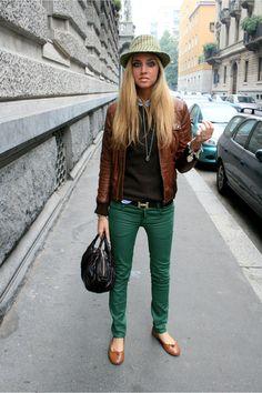 Green skinnies, hat, bag & Hermes belt - nice!