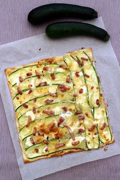 I love the flammekueche, here is a recipe a little revisited with zucchini to add a little vegetable, and all gratin cheese for gluttony ;-] A recipe very easy and fast, even by making homemade dough , I put you on the … by peter_elvira Tart Recipes, Pizza Recipes, Cooking Recipes, Zucchini, Healthy Cooking, Healthy Recipes, Food Porn, Quiches, Ajouter