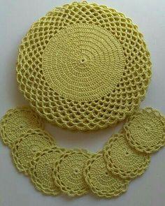 Sousplat de ganchillo: 67 fotos y tutorial con gráfico - Sousplat croche - Jogo de Cozinha de Crochê Crochet Mat, Crochet Dollies, Crochet Doily Patterns, Crochet Diagram, Love Crochet, Crochet Designs, Crochet Flowers, Crochet Stitches, Crochet Home Decor