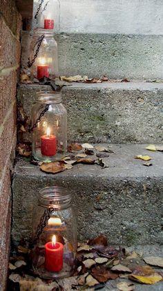 Excelente idea para iluminar las escaleras por la noche --> mason jar lanterns #weddingideas