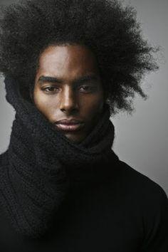 homme noir avec afro…