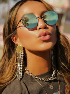 These retro-inspired sunnies are begging to be taken to the beach or to a music festival. Layer your jewelry like for an over-the-top bohemian look. Festival Costumes, Festival Outfits, Festival Style, Festival Fashion, Raves, Hijab Styles For Party, Coachella Makeup, Mirrored Sunglasses, Sunglasses Women