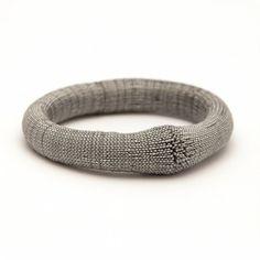 <h6>Grand classique, le bracelet Boule se fait discret au poignet.Il est coordonné au Tour de cou Origine.</h6> <h6></h6>