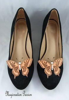 clips chaussures papillons soie orange corps perles Maéva Butterfly Shoes, Glitter Shoes, Shoe Show, Clip, Feminine, Flats, Orange, Model, Fashion