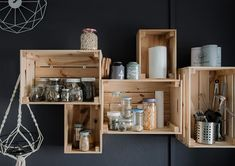 Pallet shelves for my bistro-style cuisine - Lombn Sites Box Shelves, Pallet Shelves, Bedside Lamps Design, Snack House, Wooden Crate Furniture, The Bistro, Bureau Design, Wall Shelves Design, Candle Shop