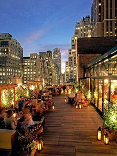 70 best roof bar designs in nyc with skyline views 13 Rooftop Decor, Rooftop Design, Rooftop Lounge, Rooftop Restaurant, Outdoor Lighting, Lighting Ideas, Outdoor Decor, Best Rooftop Bars, Bar Designs