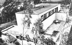 """Berlin, Grunewald, Villa Rupenhorn, 1928/29 von Erich Mendelsohn für sich selbst erbaut, Zweigeschossiger, weiß verputzter Flachdach-Backsteinbau mit großer auf die Havelpromenade bezogener Terrassenanlage. Alle Wohnräume mit z.T. versenkbaren Fenstern sind nach Westen ausgerichtet. Die ursprüngliche Innenausstattung stammte größtenteils ebenfalls von Mendelsohn. Der französische Maler und Kunsttheoretiker Amédé Ozenfant bezeichnete den Mendelsohn-Bau als """"Haus für einen Goethe von 1930"""". Erich Mendelsohn, Berlin, Villa, Bauhaus, Art Deco, Snow, Outdoor, Brick Building, Flat Roof"""