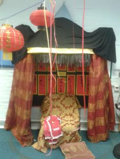 Chinese new year role play area 'The Emperor's Throne. Book Corners, Reading Corners, Dragon China, Dramatic Play Themes, Play Corner, Role Play Areas, Chinese New Year Crafts, School Displays, New Year's Crafts