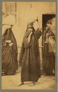 Donne con vasi, Il Cairo, 1900 circa.