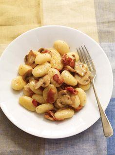 Ricardo& recipes : Creamy Cheese Gnocchi with Mushrooms and Bacon Mushroom Dish, Mushroom Recipes, Yummy Pasta Recipes, Bacon Recipes, Gourmet Recipes, Healthy Recipes, Healthy Food, Quiches, Recipes