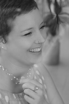 Indoor Portrait mit Fensterlicht | Available Light | Schwarz-Weiß (c) Kerstin Pinnen Photodesign