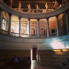 """Античный театр в Sabbioneta. При входе женщины сразу шли на лево и поднимались наверх, а мужчины размещались в """"партере"""" #BlogVille #InLombardia - Instagram by bigpictureru"""
