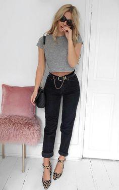 T-shirt cropped cinza, calça jeans preta, scaprin com animal print