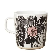 Siirtolapuutarha teemuki on Sami Ruotsalaisen muotoilema ja sitä koristaa jo klassikoksi muodostunut Maija Louekarin kukkaiskuosi. Muki on tyylikkään musta-valkoinen ja siinä on vaaleanpunaisia yksityiskohtia. Yhdistä reilunkokoiseen mukiin muita Marimekon astioita ja tekstiilejä.