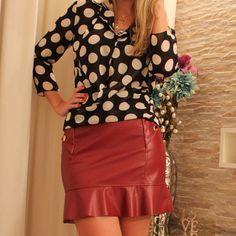 Look para arrasar: saia em couro eco burgundy + camisa de poás! Let's go to the party