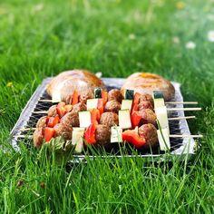Miam miam, on a profité de cette douce soirée ensoleillée pour faire un petit barbecue en bas de chez nous ! Au menu: brochettes de légumes et boulettes veggie + portobellos géants farcis au gouda 👌🏼 Ça me rappelle que depuis l'été dernier je voudrais vous proposer des recettes veggie à faire au barbecue... Il faut que je case ça dans mon programme ! Belle soirée ❤️ #veggie #vegetarien #barbecue #BBQ #bonappetit