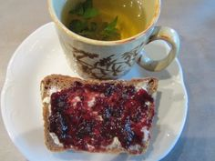 Bei beetroot gabs Tee mit wilder Pfefferminze und Chia-Brot zum Frühstück. Das Brot-Rezept findet ihr auf beetroots Blog.
