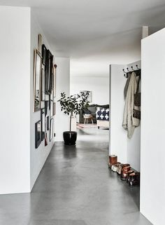 I love this beautiful homes with the concrete floors. The wood from the kitchen cabinets matches just perfectly with the white tiles and floors and I…