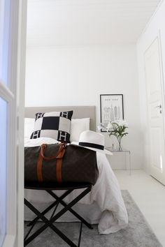 Homevialaura | White bedroom | Kartell Jolly | Hermes Avalon | vintage Louis Vuitton