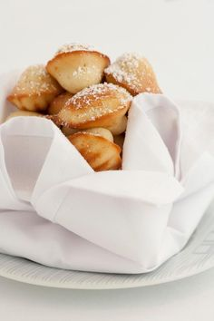 Bring a touch of 'je sais quois' to your festive baking with these simple, tasty Boulud Madeleines from Dewey Seasons Hotel Toronto. Delicious Cookie Recipes, Holiday Cookie Recipes, Yummy Cookies, Yummy Food, Sugar And Spice, Cravings, Sweet Tooth, Sweet Treats, 2 Eggs