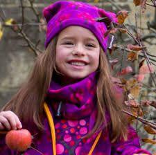 bimba vestisa con colori viola