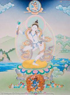 """Felül Padampa Szangye, a kb. 500 évet élt indiai mahasziddha, aki Macsig Labdrön tanítoja és spirituális társa volt. A tibetiek ugy gondolják, hogy Bodhidharmával is azonos. Középen a tibeti Macsig Labdrön """"Lab Világa"""" dákini, a csö """"ego àtvágása"""" hagyomány kialakítoja. Alul Tröma Nagmo a """"Nagy Fekete Anya"""", aki Vadzsravarahi (tib. Dordzse Pamo, Gyémánt Emse) haragosabb megtestesülése és a csö hagyomány fö meditácios istensége, aki szétvàgja az egot."""