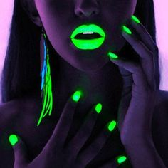 Awesomeeee, glow in the dark nails & lips :)
