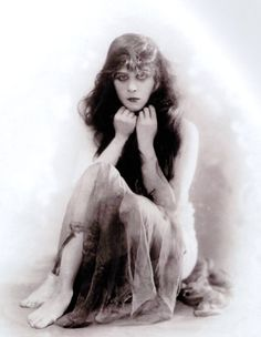 Theda Bara (born Theodosia Burr Goodman) (July 1885 – April was an American silent film actress. Bara was one of the most popular screen actresses of her era, and was one of cinema's earliest sex symbols. Read More: Theda Bara Golden Age Of Hollywood, Vintage Hollywood, Hollywood Glamour, Hollywood Stars, Classic Hollywood, Hollywood Cinema, Popular Actresses, Actors & Actresses, Hollywood Actresses