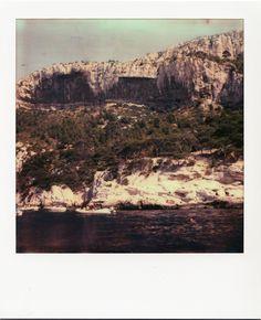 Calanque de Sugiton #Marseille #calanques #Sugiton #mer #bateaux #calquaire #pins #polaroid #soleil #WE #SX70 / www.marseillepolaroid2013.com