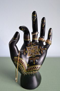 Henna Hand Jewelry Display - Hand-Painted Ring Holder, Jewelry Storage, Dresser Decoration. Gold / Silver / Rose Gold. de OpalAndPurlKnits en Etsy https://www.etsy.com/es/listing/184202237/henna-hand-jewelry-display-hand-painted