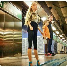 Eis que, na plataforma de embarque do metrô, nos deparamos com essa boneca!!! Valeu Barbie pela foto!!! Foto: @odanilo46  #metrosp #metro #chacaraklabin #vilamariana #barbie #saopaulocity #barbie #sampa #saopaulo