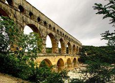 Le pont du Gard : Les lieux mythiques de la Provence - Le pont du Gard, partie la plus célèbre de l'aqueduc de Nîmes, enjambe le Gardon au cœur d'une nature très riche. Erigé par les Romains dès le premier siècle, ce vestige antique appartient au patrimoine mondial de l'Unesco.  ©  Serge Agombart