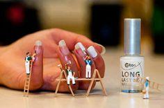Pintando uñas.