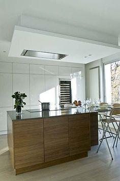 Le groupe doté d'un silencieux intégré s'encastre au plafond. Mini Pure'Line. Novy. Cuisine réalisée par MBC Décoration.