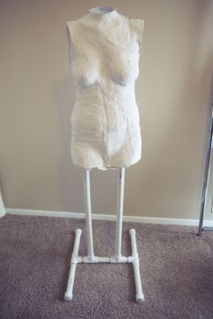 katastrophic: DIY Dress Form Tutorial Part Building the stand, hanging the mold, and filling the mold with foam Clothes Crafts, Sewing Clothes, Sewing Hacks, Sewing Crafts, Sewing Blogs, Sewing Tips, Fabric Crafts, Stitch Witchery, Diy Wardrobe