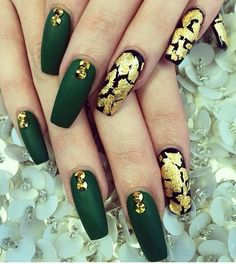 Green Nail art: Inspire with these 70 designs - Page 2 of 4 - Nail art designs & diy Green Nail Art, Gold Nail Art, Gold Nails, Black Nails, Matte Nails, Fun Nails, Matte Black, Dark Green Nails, Emerald Nails