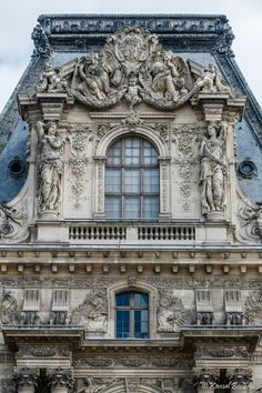 The Louvre Palace is a former royal palace located on the Right Bank of the Seine in Paris, between the Tuileries Gardens and the church of Saint-Germain l'Auxerrois. Its origins date back to… Architecture France, Architecture Parisienne, Architecture Baroque, Architecture Classique, Art Et Architecture, Classic Architecture, Historical Architecture, Ancient Architecture, Beautiful Architecture