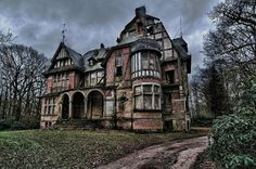 This house must have been stunning in it's day. It's still beautiful , but a shame it's abandoned
