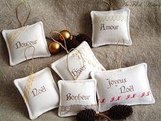 Ornements, décoration de Noël en linge ancien, coussinets à suspendre, simple et raffiné