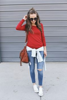 Skinny jeans with ankle converse sneakers Outfit Jeans, Red Shirt Outfits, Sporty Outfits, Sporty Style, Jean Outfits, Summer Outfits, Jeans Shoes, Girl Outfits, How To Wear White Converse
