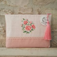 Fotoğraf açıklaması yok. Beaded Cross Stitch, Cross Stitch Rose, Cross Stitch Tutorial, Cross Stitch Patterns, Embroidery Bags, Handmade Bags, Purses And Bags, Needlework, Pouch