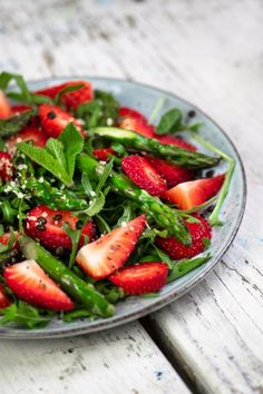Green asparagus & strawberry salad Food and drink Salad Recipes Healthy Vegetarian, Whole30 Recipes Lunch, Mexican Salad Recipes, Side Salad Recipes, Salad Recipes For Dinner, Avocado Salad Recipes, Chicken Salad Recipes, Pasta Recipes, Clean Eating Salads