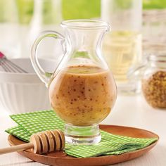 Ajoutez de la saveur à vos salades avec cette vinaigrette maison au miel et à la moutarde!