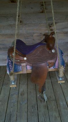 How To Make A Horse Saddle Swing. Emma could do this with my old saddle :) Saddle Swing, Horse Swing, Kids Saddle, Diy Tire Swing, Horse Crafts, Western Homes, Western Decor, Western Kitchen Decor, Horse Saddles