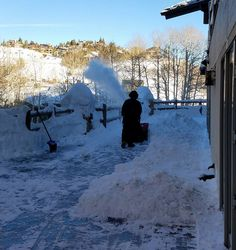 A typical day clearing the fresh snow from the deck @steinlodge. #steinstyle