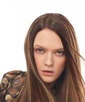 Glatte, lange Haare in Braun mit Highlights