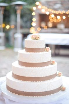 Traditional has evolved over the years. This is the wedding that will never go out of style! #w101nashville #nashvilleweddings #traditionalstyle #traditionalcake