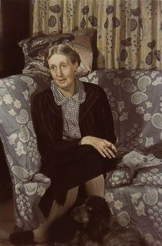 Virginia Woolf avec son chien, Londres,  1939.Gisèle Freund (1908 - 2000)